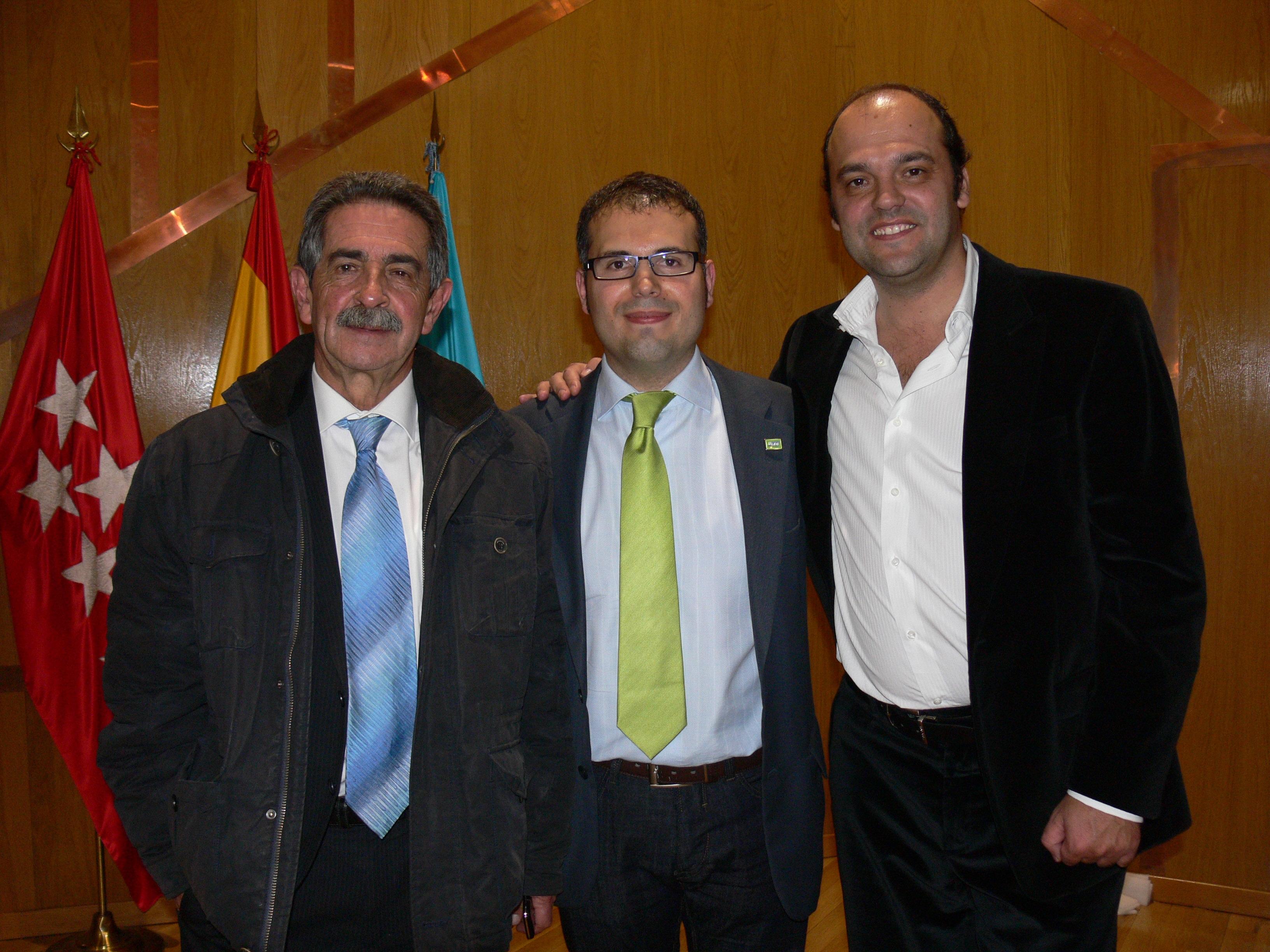 Miguel Ángel Revilla y José Carlos Díez con Carlos Delgado