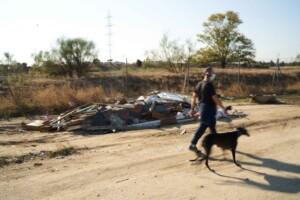 Vecino pasea entre escombros